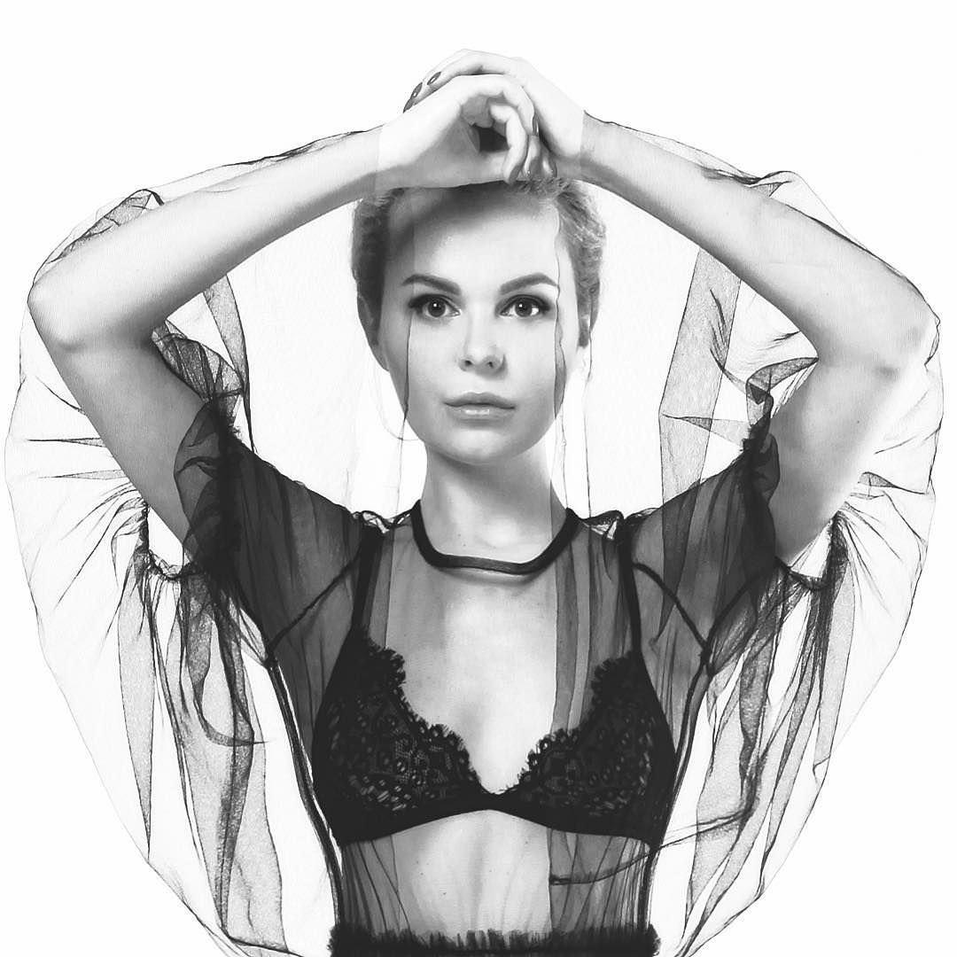 Алиса Вокс фото в блузе