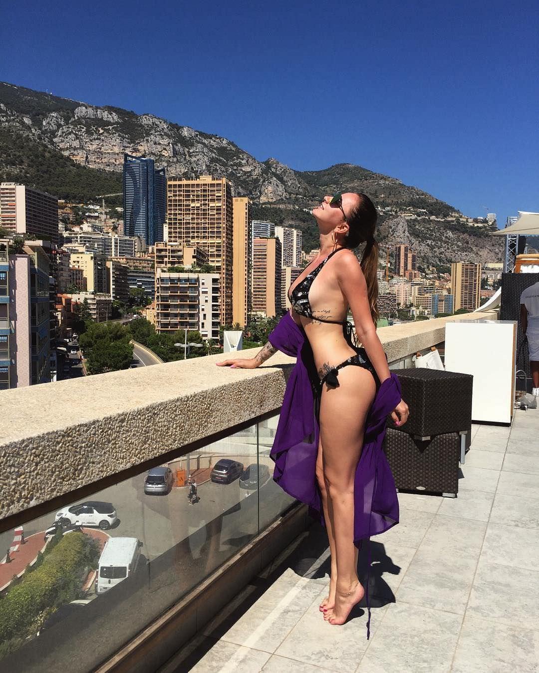 Анна Дзюба фото на балконе