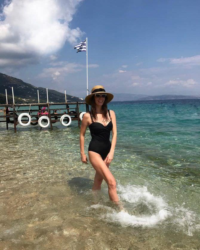 Алёна Мордовина фотография в купальнике и шляпе