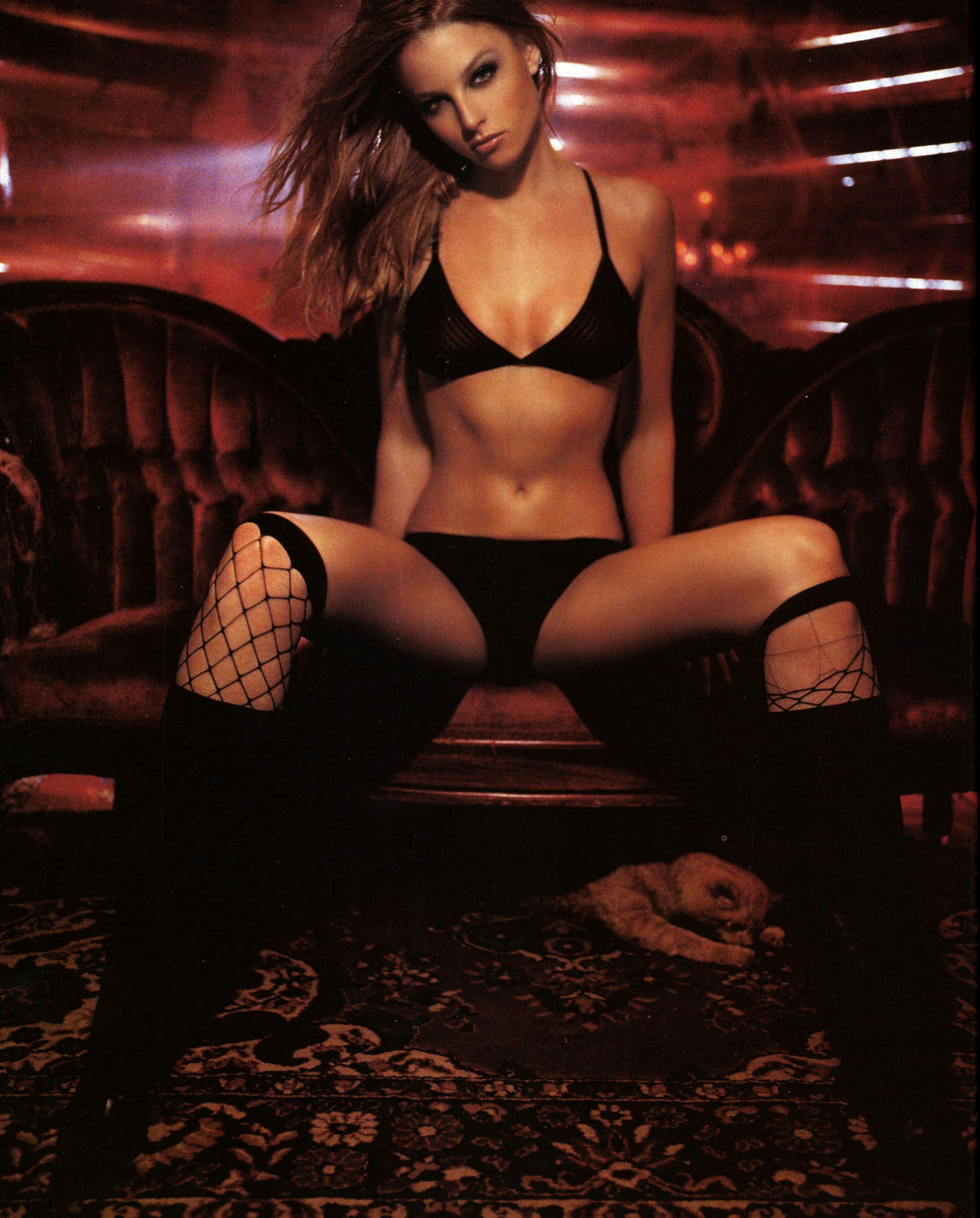 Рэйчел Николс фото на диване