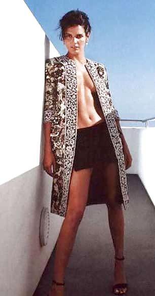 Энджи Хармон фото в пальто