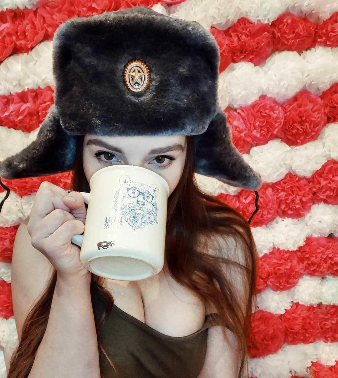 Елена Делигиоз фото с чашкой