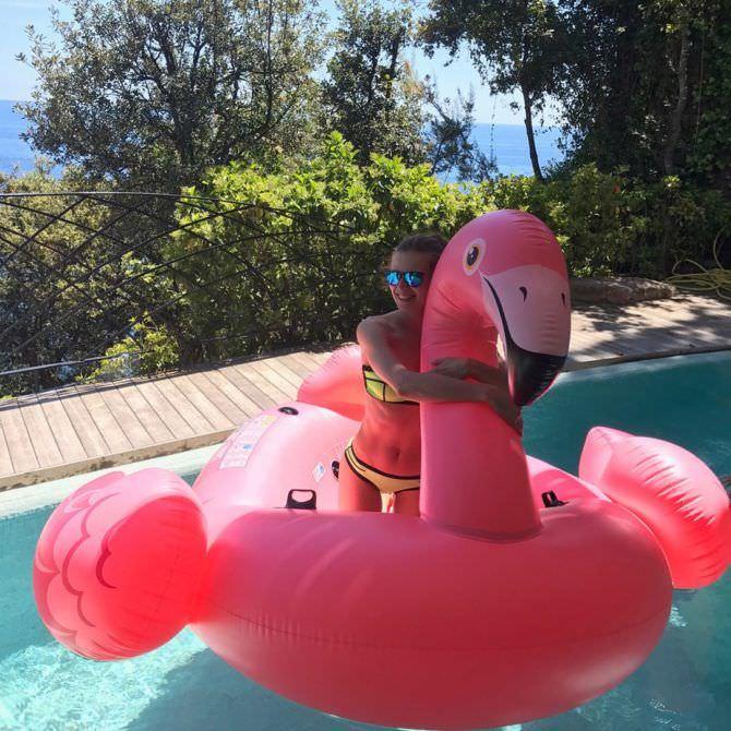 Нелла Стрекаловская фото с надувным фламинго