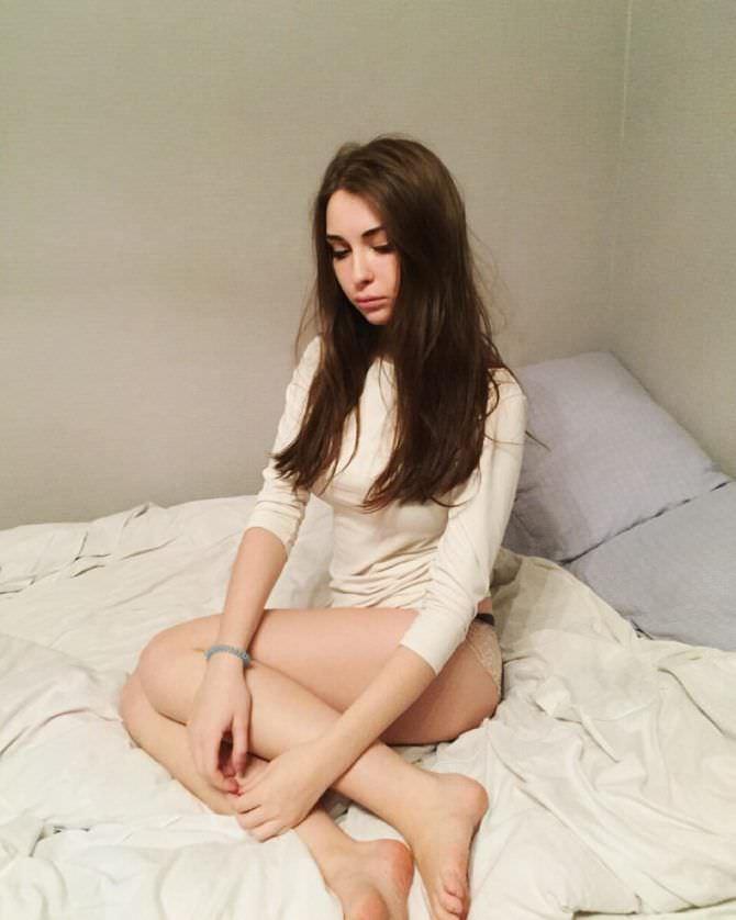 Арина Бердникова фото в футболке на кровати