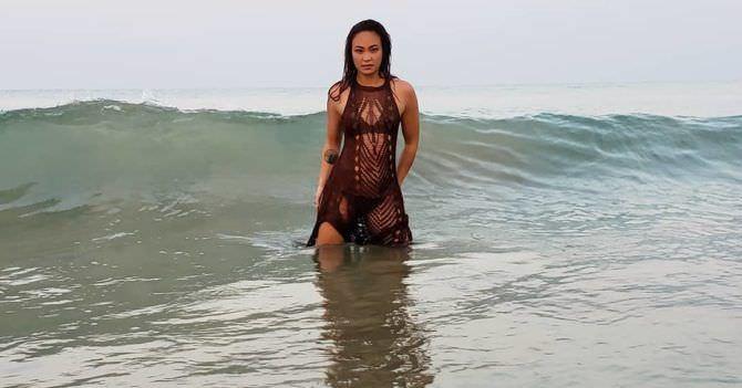 Мишель Уотерсон фотов платье в воде