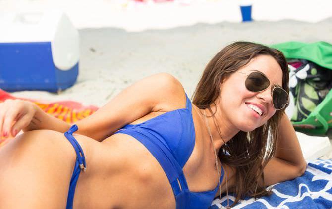 Обри Плаза фотография в синем бикини