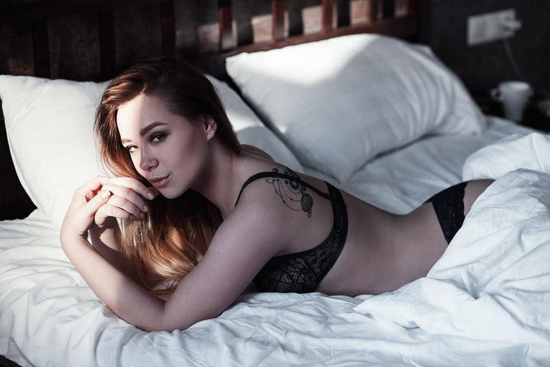 Ксения Хоффман фото на постели
