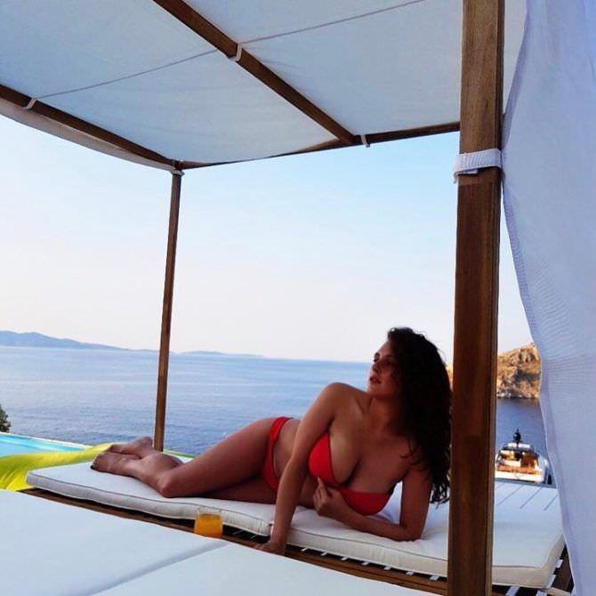 Мария Шумакова фотов красном бикини