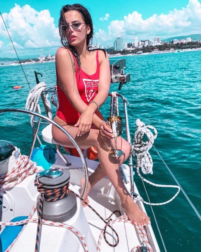 Ксения Лукьянчикова фото в  красном купальнике
