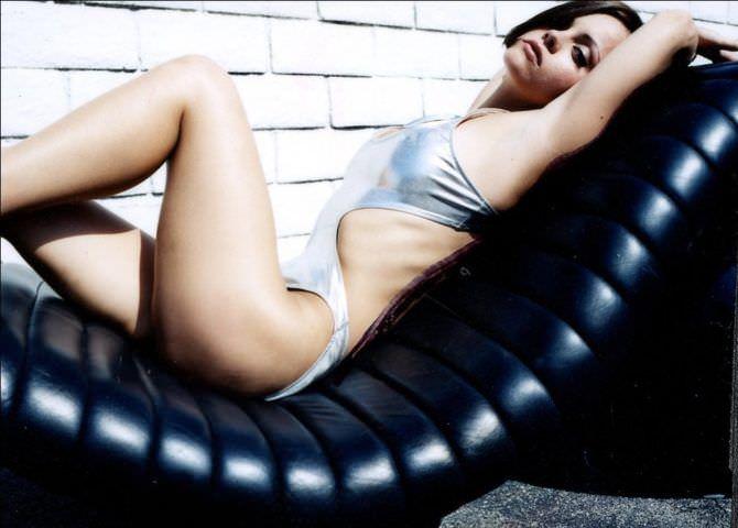 Кристина Риччи фотосессия в купальнике на кушетке