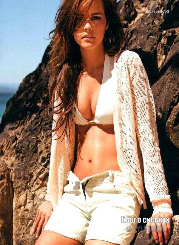 Изабель Лукас фото в шортах