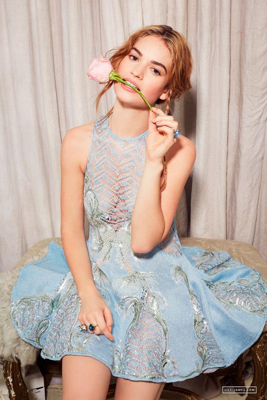 Лили Джеймс фото в голубом платье