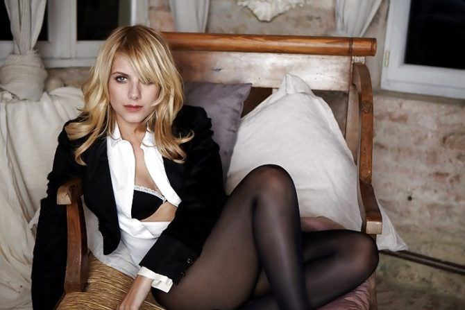 Мелани Лоран фото в нижнем белье на кресле
