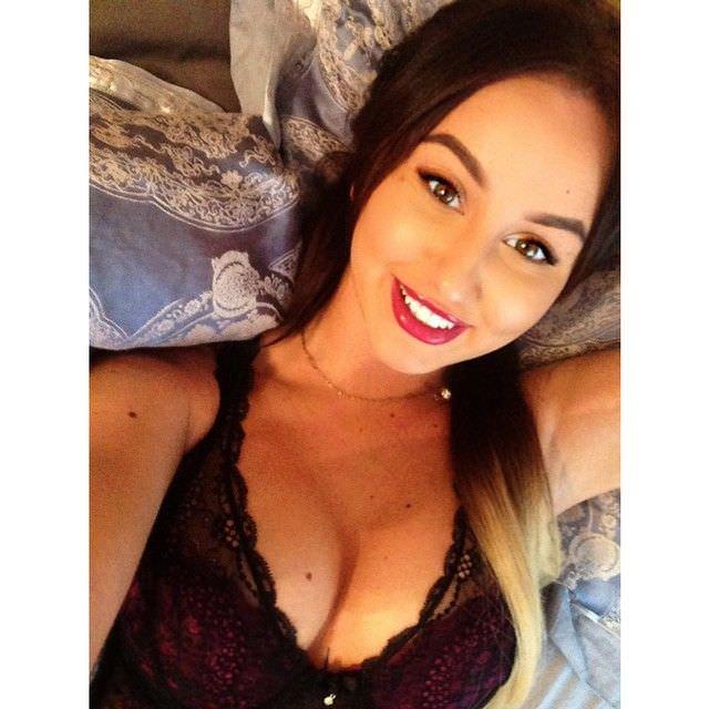 Анна Дзюба фото на кровати
