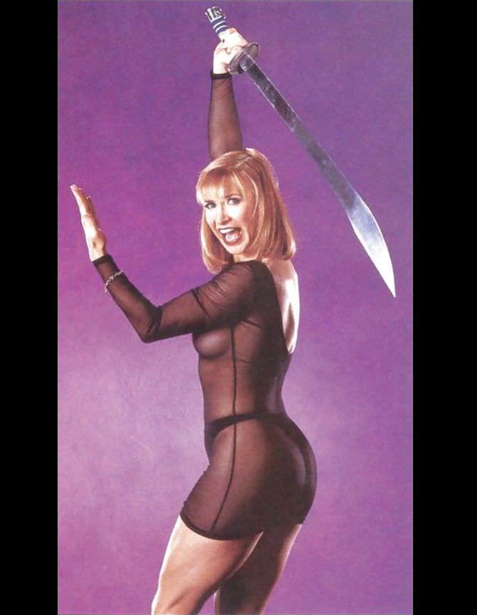 Синтия Ротрок фотография с мечом