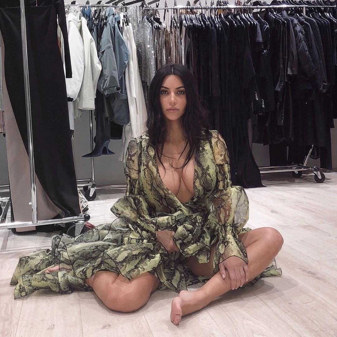 Ким Кардашян фото в гардеробной