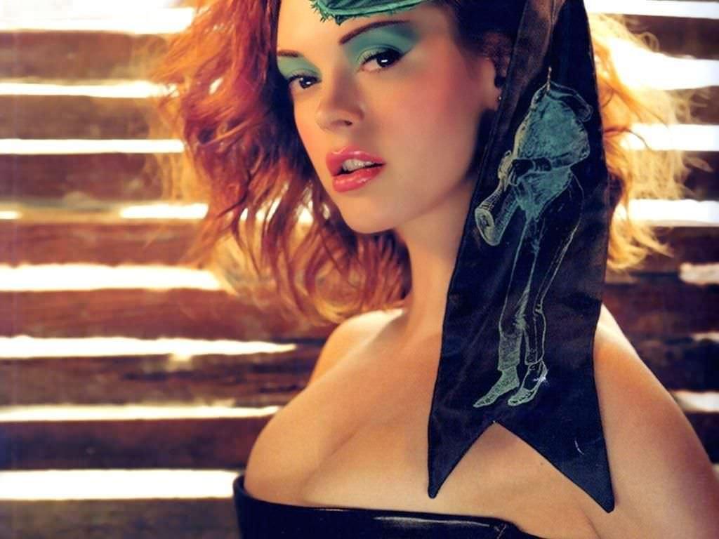 Роуз Макгоуэн фото с ярким макияжем