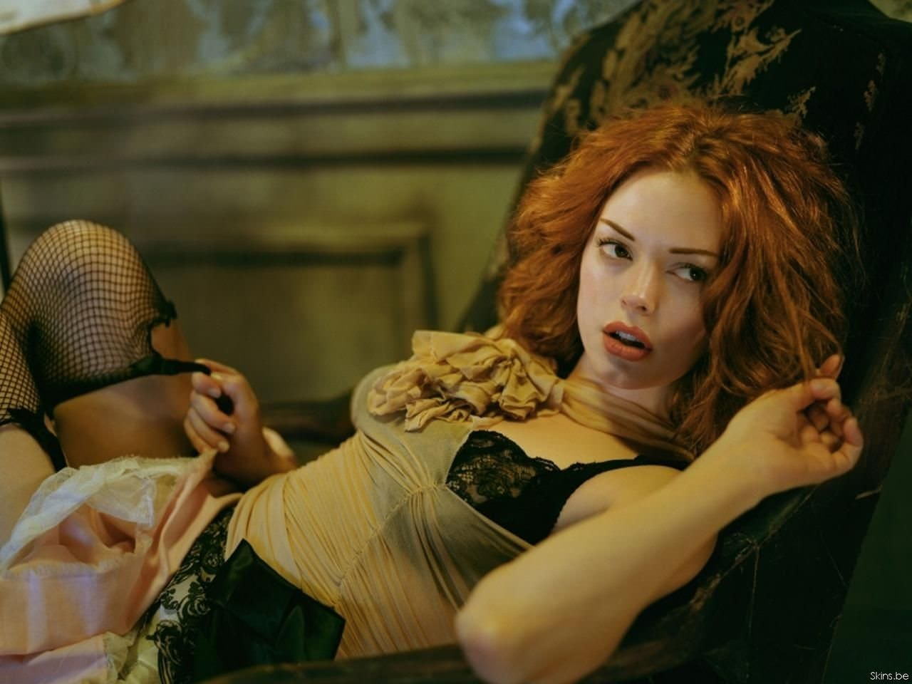Роуз Макгоуэн фото на диване