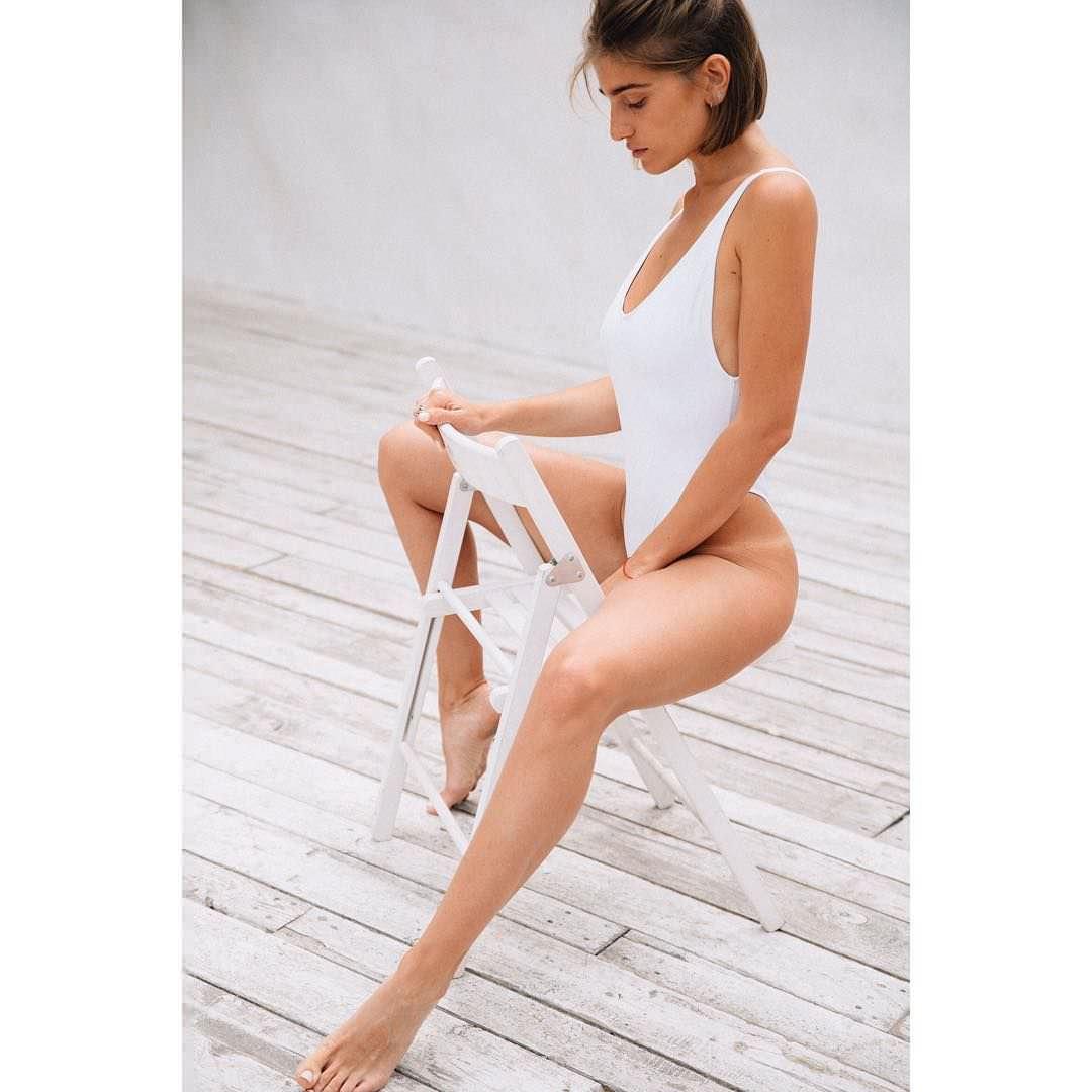 Нино Нинидзе фото на стуле