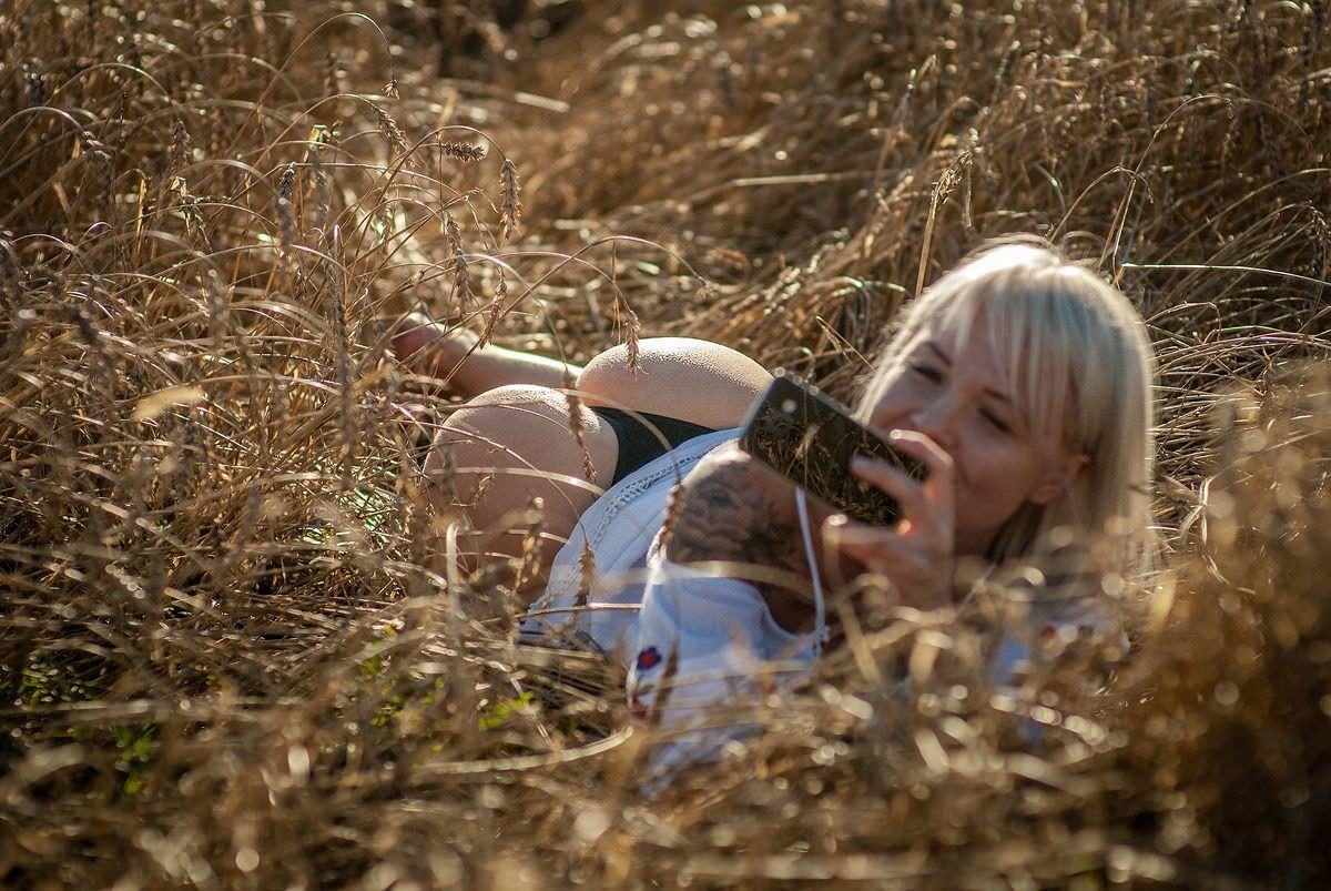 Любовь Томская фото в траве