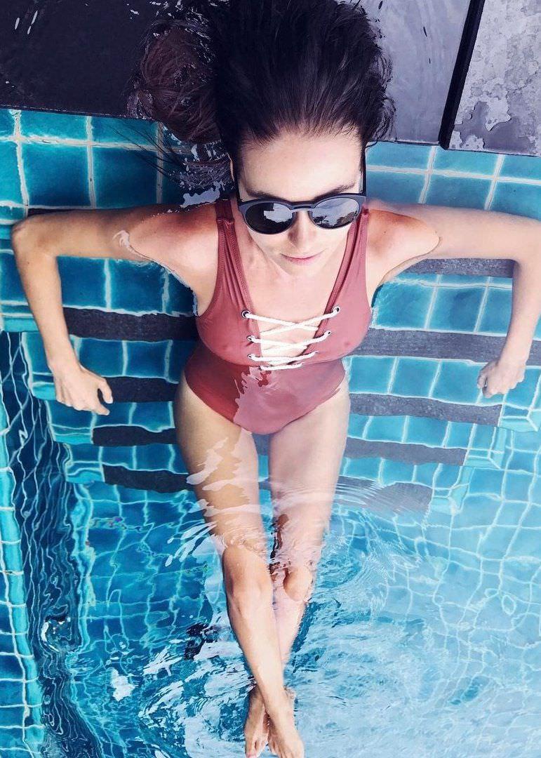 Ирена Понарошку фото в бассейне