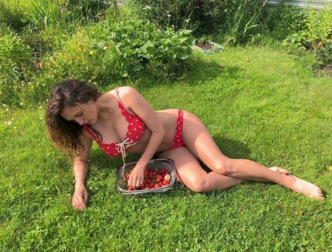 Мария Шумакова фото в бикини на траве