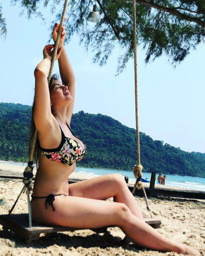 Олеся Фаттахова фотография на пляже в бикини