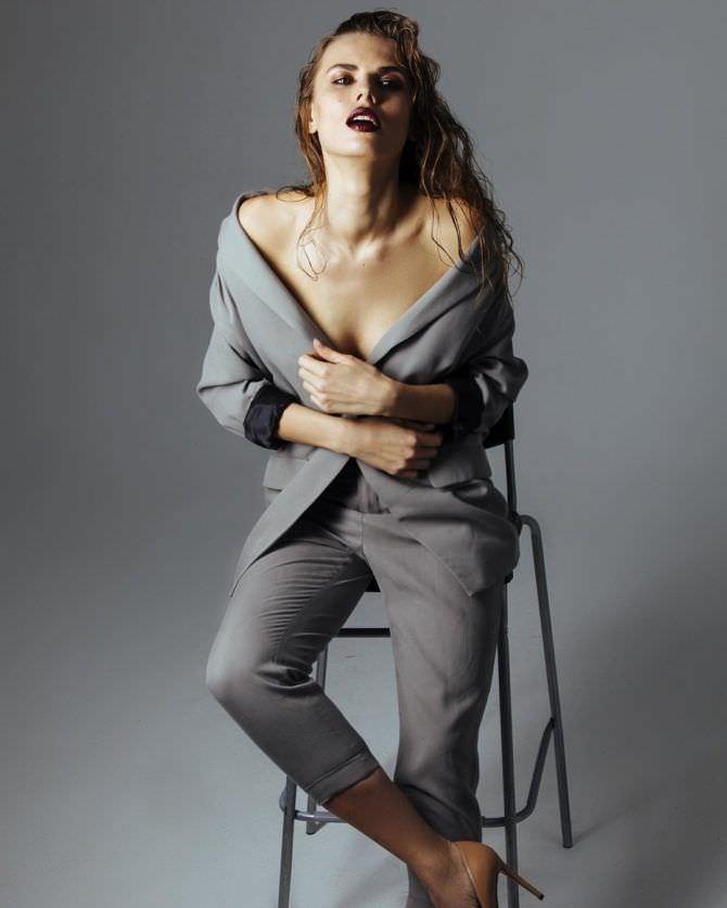 Нелла Стрекаловская фото в сером костюме