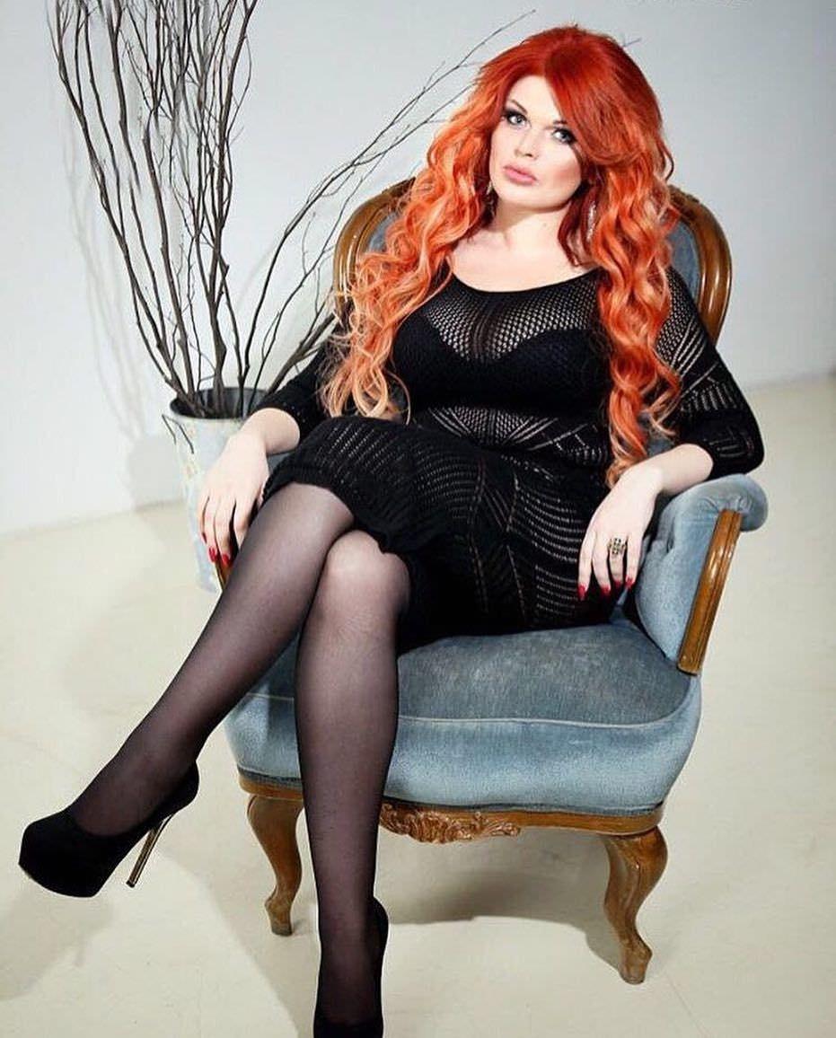 Юлия Рыбакова фото на кресле