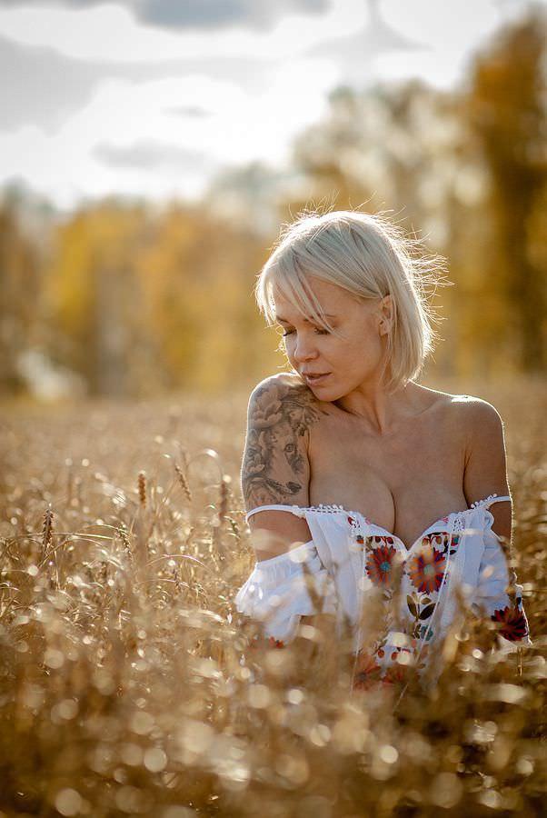 Любовь Томская фото в пшенице