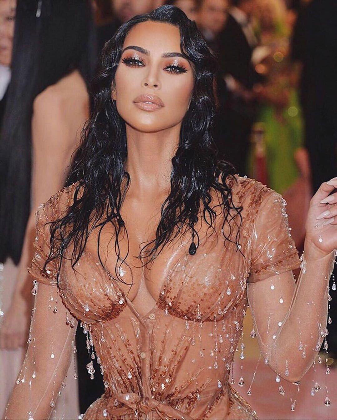Ким Кардашян фото в бежевом платье