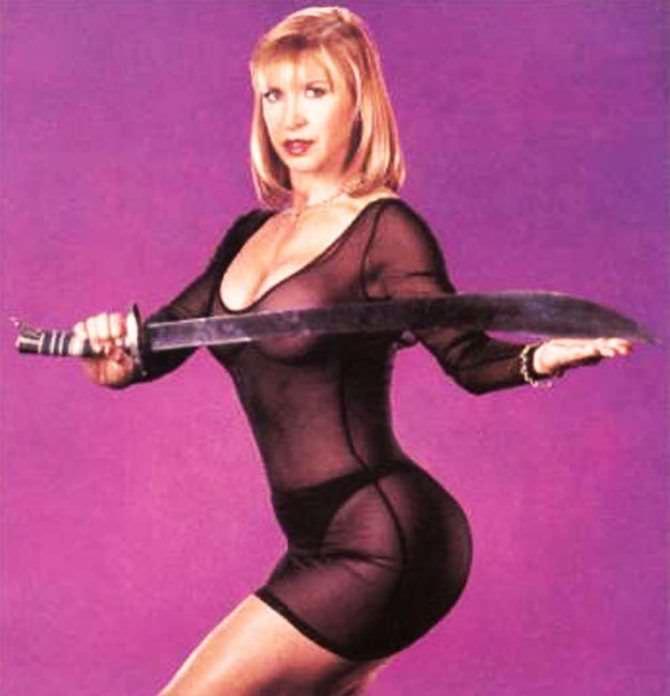 Синтия Ротрок фотосессия в платье с мечом