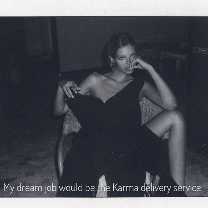 Алеся Кафельникова фото в платье на кресле