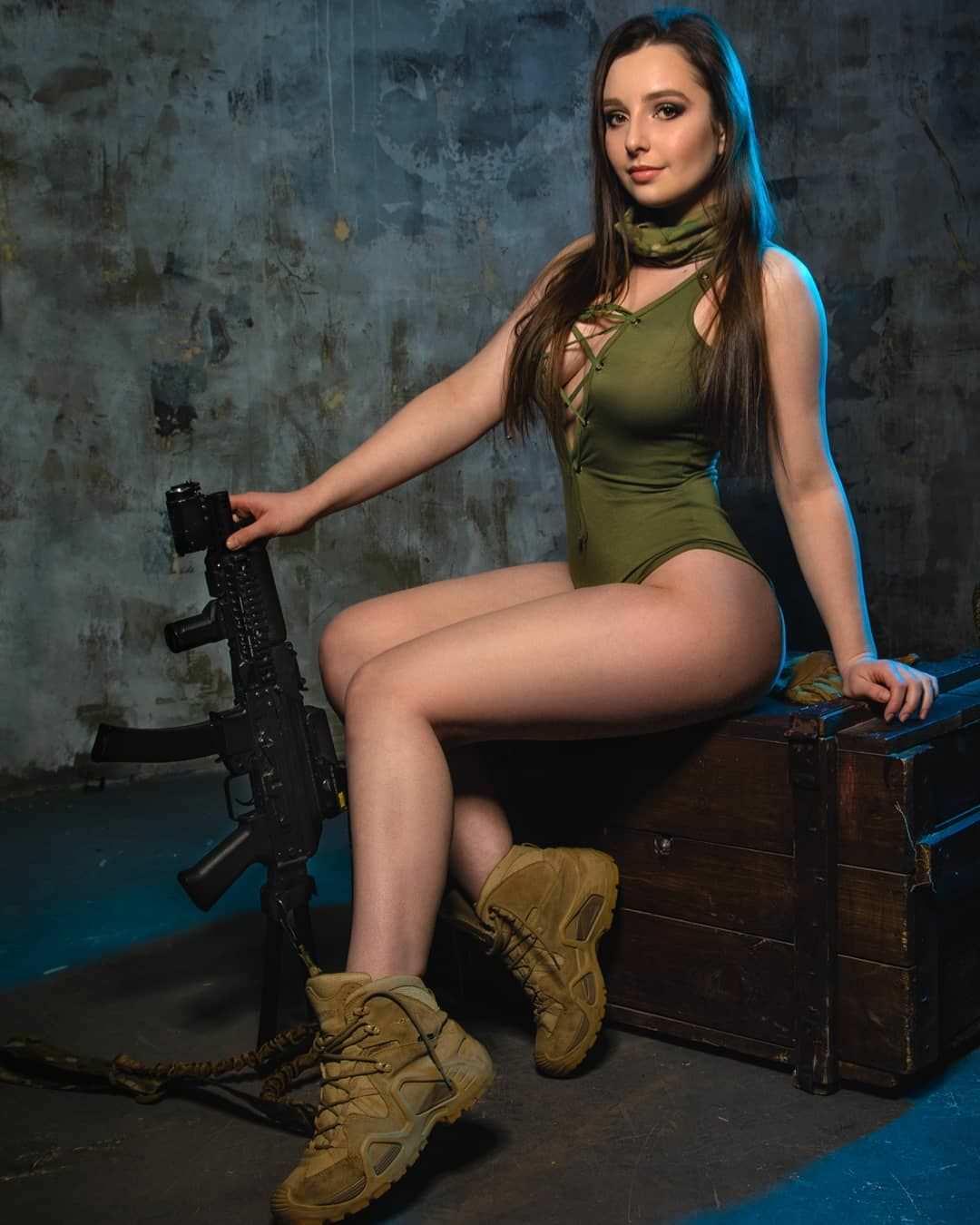 Елена Делигиоз фото в ботинках