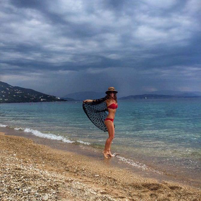 Алёна Мордовина фото в красном бикини