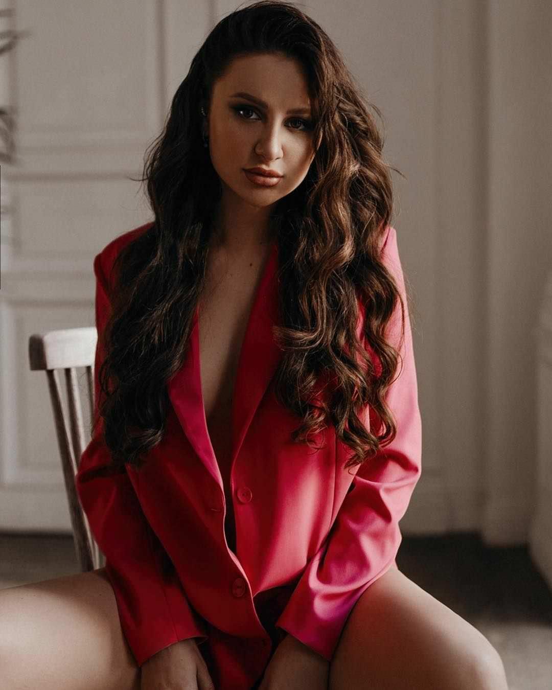 Анна Дзюба фото на стуле