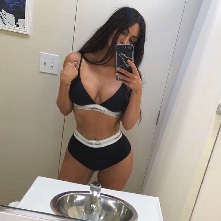 Ким Кардашян фото в ванной