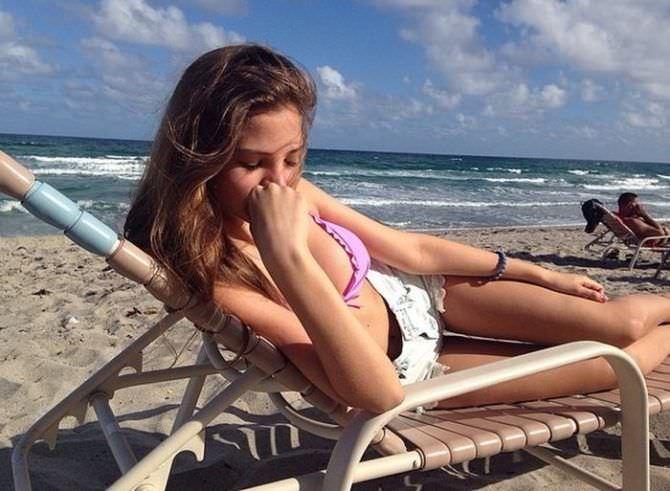 Алеся Кафельникова фото на пляже на лежаке
