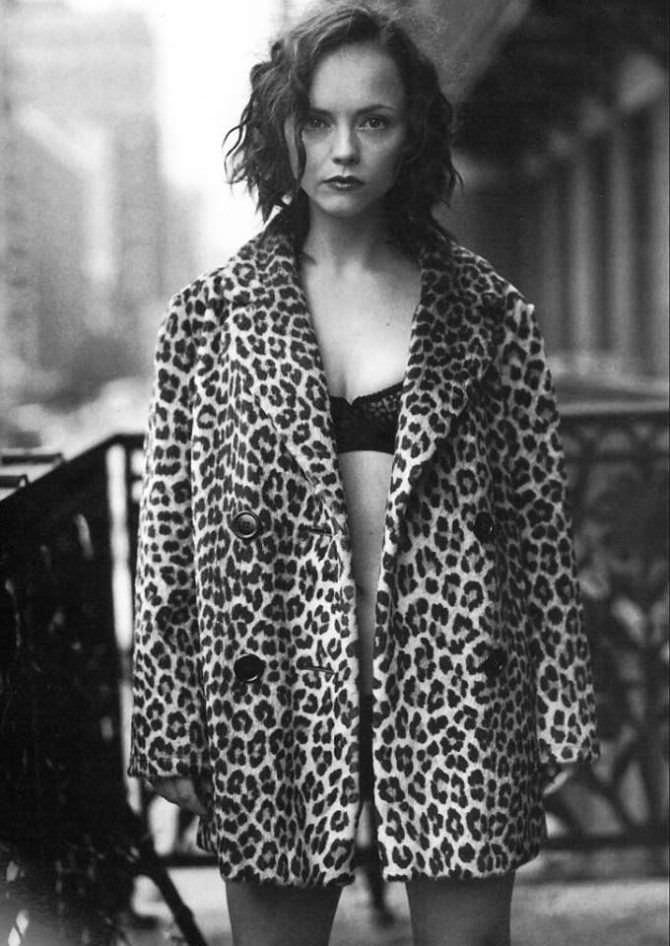 Кристина Риччи фотография в пальто поверх белья