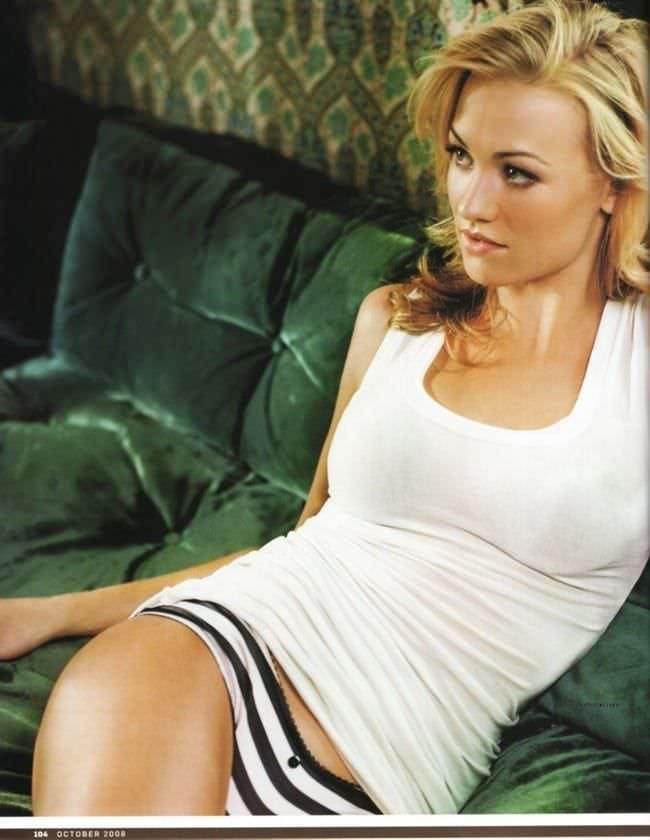 Ивонн Страховски фото на диване