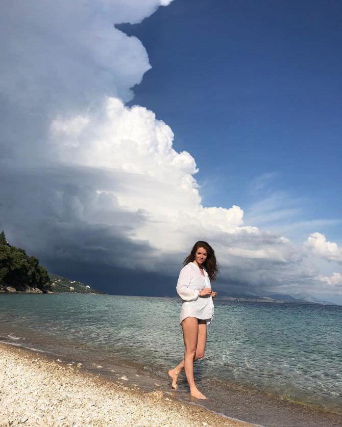 Алёна Мордовина фото в белой рубашке на пляже