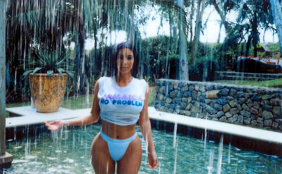 Ким Кардашян фото в воде