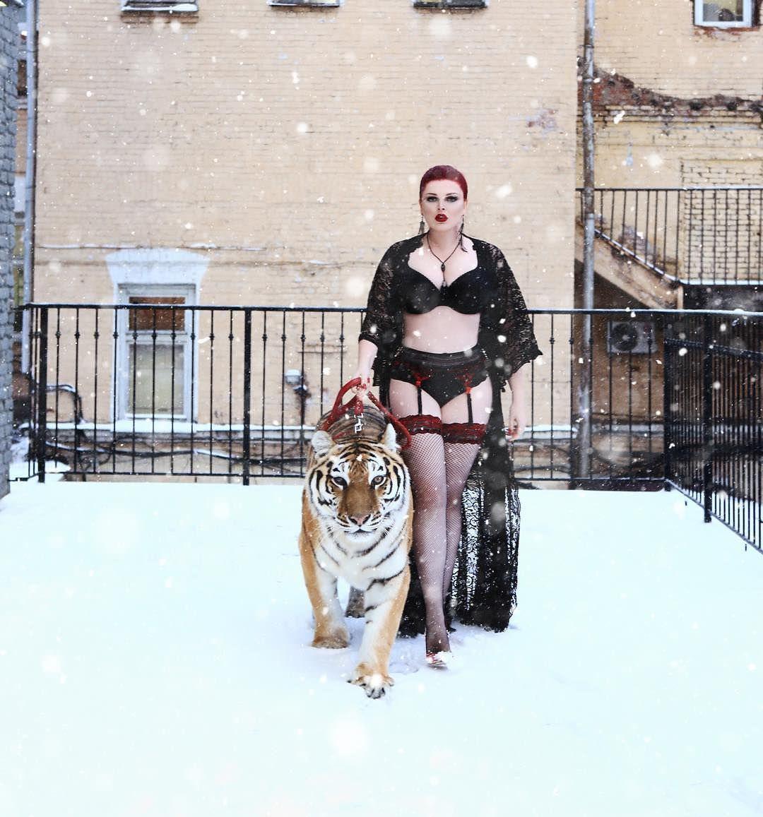 Юлия Рыбакова фото в чулках