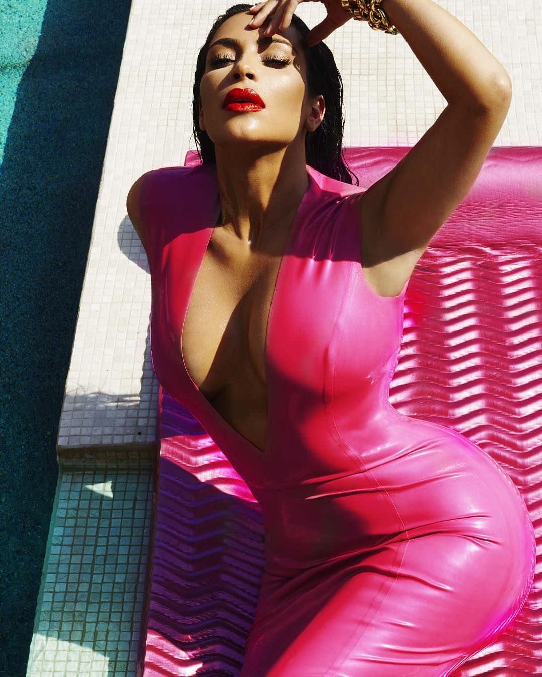 Ким Кардашян фото в платье