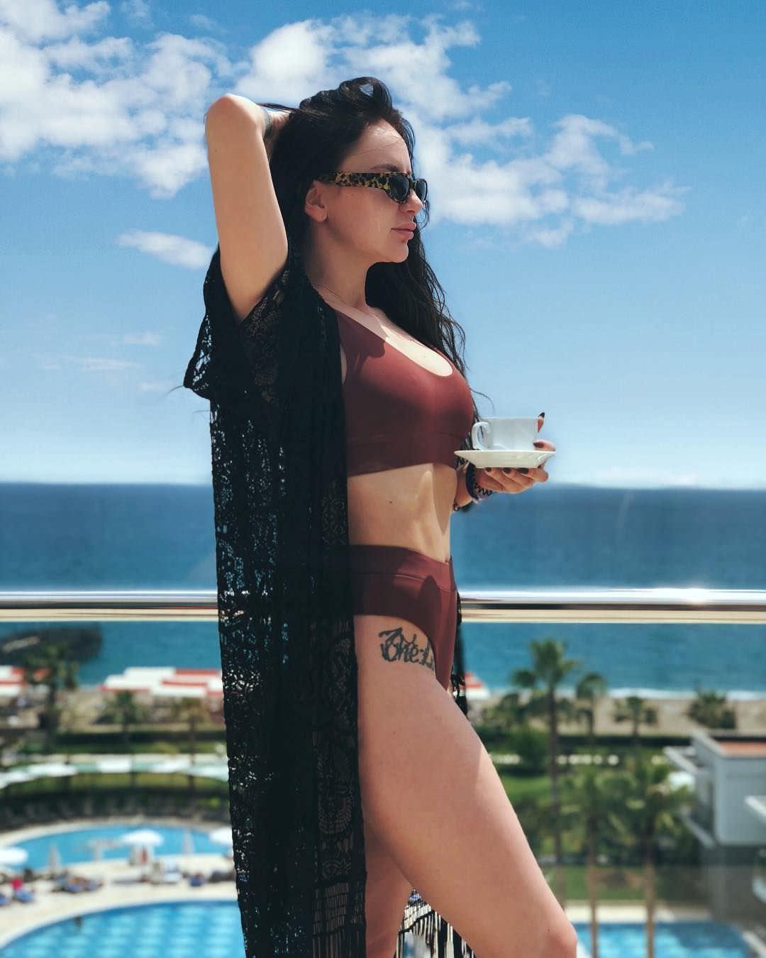 Анна Дзюба фото в красном купальнике