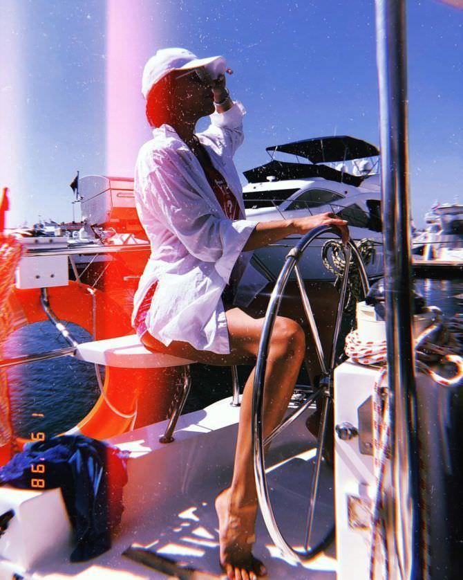 Ксения Лукьянчикова фото в  купальнике на яхте