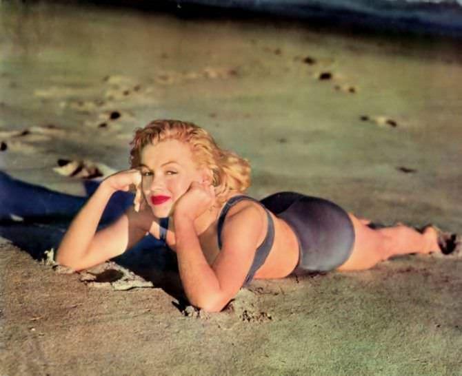 Мэрилин Монро цветное фото на пляже