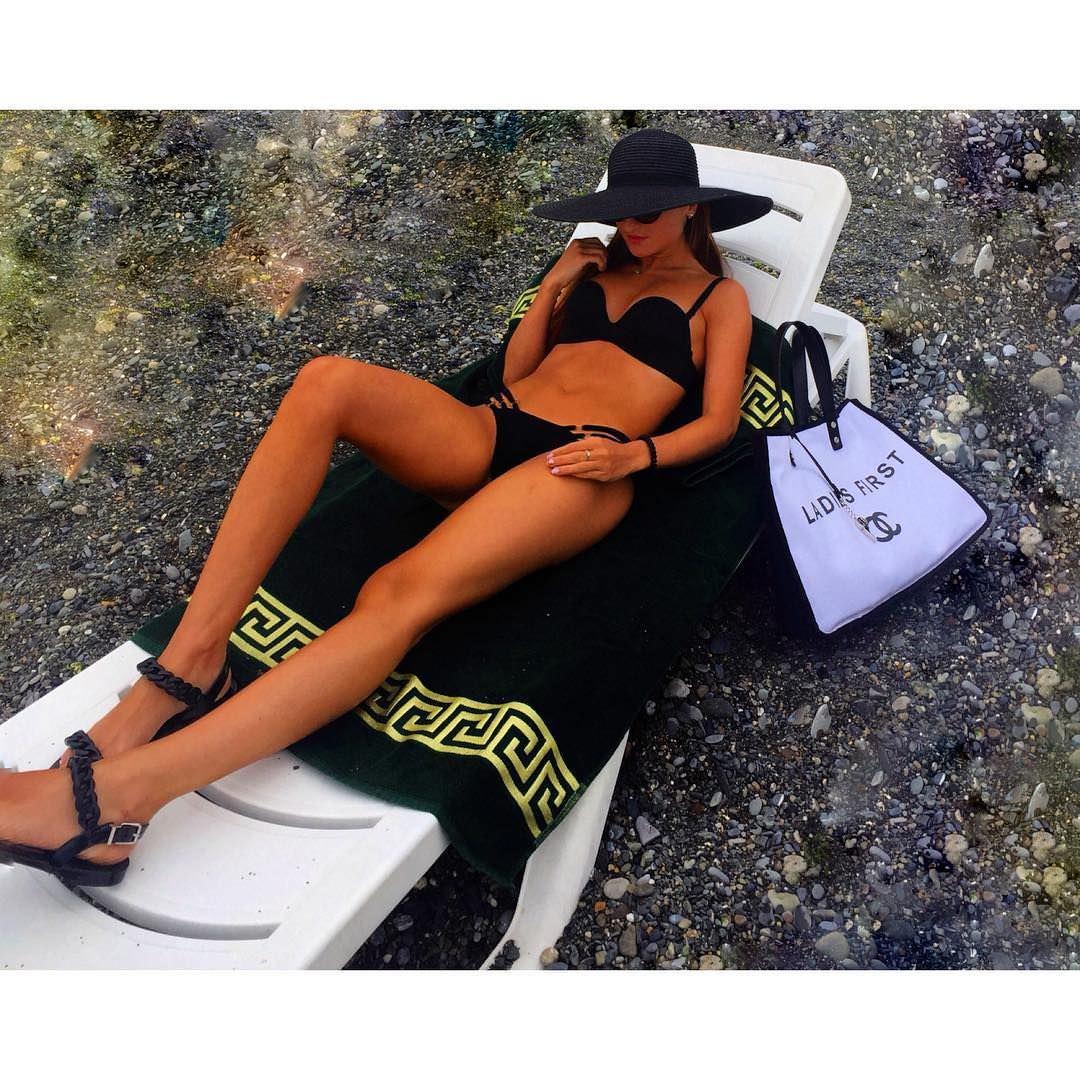 Тамара Турава фото на шезлонге