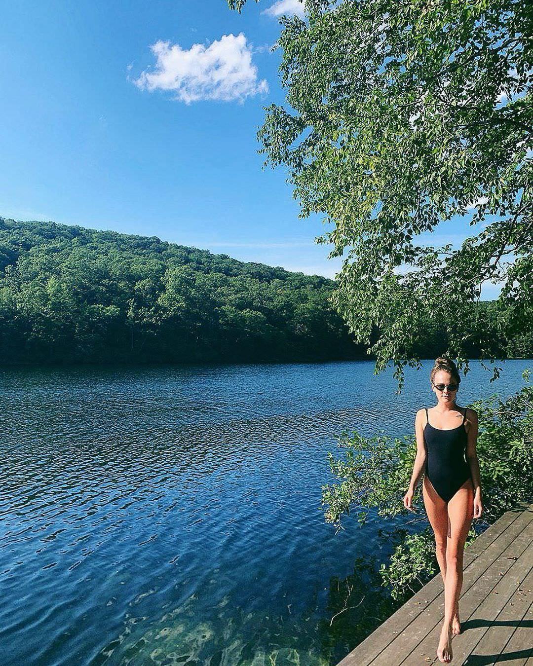 Аглая Тарасова фото в слитном купальнике