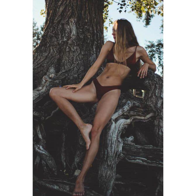 Дарья Пицик фото в бикини на дереве